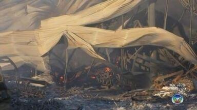 Bombeiros trabalham no rescaldo do incêndio em fábrica de Araçatuba - Os bombeiros voltaram neste domingo (9) para trabalhar no incêndio que destruiu uma fábrica em Araçatuba (SP), na madrugada deste sábado (8).