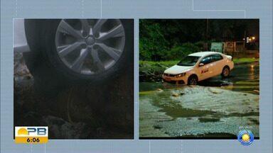 Cratera se abre em asfalto e carro fica pendurado, em João Pessoa - Táxi passava no local quando o asfalto cedeu. Trânsito pode ficar lento na região.