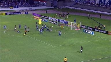 Lance cômico durante o segundo gol do Botafogo contra o CSA - Lance cômico durante o segundo gol do Botafogo contra o CSA