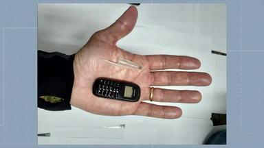 Minicelular é apreendido durante inspeção em presídio de Japeri - O equipamento, do tamanho de uma tampa de caneta, cabe na palma da mão. A vistoria da Secretaria de Administração Penitenciária e do MP também encontrou 89 celulares, um roteador, seis chips e drogas.