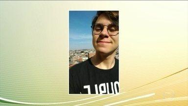 Rafael Miguel foi enterrado ontem com os pais - O jovem ator dava aulas e tinha planos de morar no exterior com a namorada.