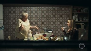 Marlene pede conselhos a Britney para conquistar Antero - A filha de Dodô e Eusébio ajuda a aposentada a mudar o visual