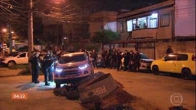 Polícia do RJ investiga o assassinato de quatro homens - Os corpos foram encontrados dentro de um carro, esquartejados.A suspeita é que os jovens foram mortos por traficantes.