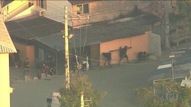 Traficantes reagem à operação da polícia na Cidade de Deus, Zona Oeste do Rio - Os policiais militares estavam num blindado fazendo uma operação para reprimir o tráfico de drogas quando os bandidos atacaram. Os traficantes usavam fuzis. Um helicóptero da Polícia Civil sobrevoou a favela e os agentes também fizeram disparos.