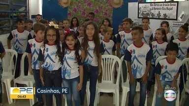 Alunos da cidade de Casinhas participam de projeto de poesia e homenageiam Bráulio Bessa - Iniciativa, chamada 'Projeto Junino', busca aproximar os estudantes do trabalho de representantes da cultura nordestina.