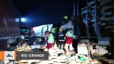 Trânsito na BR-392 é liberada após acidente entre caminhões - Assista ao vídeo.