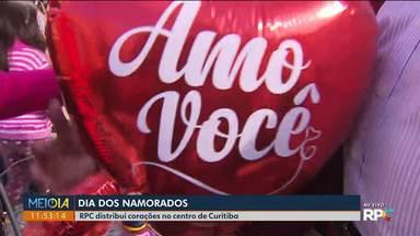 Muita gente foi ao centro de Curitiba para ganhar um balão da RPC - A praça Generoso Marques ficou cheia de gente desde as primeiras horas da manhã.