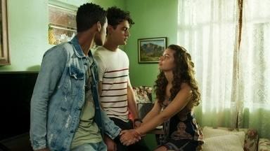 Rita e Guga combinam de fingir o namoro para todo mundo - Serginho concorda e os três decidem voltar para a festa