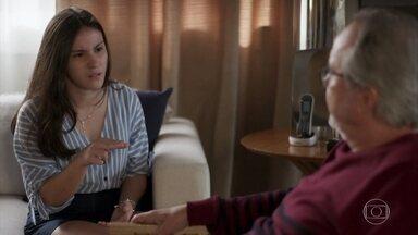 César revela a Milena que tem outra filha - Karina se revolta e pede que não se fale mais no assunto em sua casa