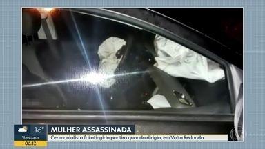 Mulher é baleado dentro do carro, em Volta Redonda - A delegacia de atendimento a mulher investiga o caso