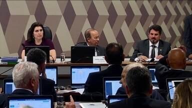 CCJ do Senado aprova relatório que pede a suspensão do decreto de Bolsonaro sobre armas - Decreto editado pelo presidente em maio alterou as regras de uso de armas e de munições, facilitando o porte. Parecer aprovado na comissão segue para votação no plenário do Senado.