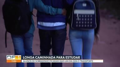 Estudantes da zona rural de Sobradinho ficaram mais um dia sem transporte - Segundo a empresa, cerca de 3 mil alunos foram prejudicados com a falta do transporte. A Secretaria de Educação garantiu que já fez o pagamento e que os ônibus voltaram a rodar nesta quinta-feira (13).