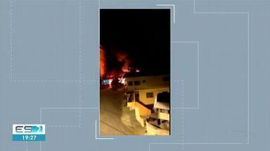 Casa pega fogo em Cachoeiro de Itapemirim, ES, e suspeita é de incêndio criminoso - Não havia ninguém no imóvel na hora do incêndio.