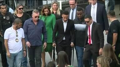 Neymar depõe em delegacia de SP em caso que é acusado de agressão e estupro - Jogador disse à polícia que usou preservativo com Najila, deu tapas a pedido dela, e que modelo posou para fotos de nádegas.
