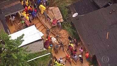 Sobe para sete o número de mortos por causa de chuva forte no Recife - Chuva alagou ruas e provocou deslizamento de terra.