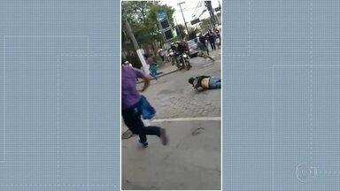 Carro fura bloqueio e atinge três pessoas durante protesto no centro de Niterói - Manifestantes no centro de Niterói contra a reforma da Previdência e cortes na Educação. Um carro furou o bloqueio e deixou três pessoas feridas.