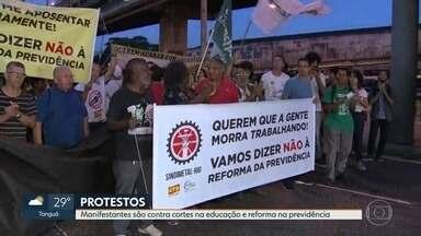 Manhã de manifestações contra cortes na educação e reforma da Previdência em pontos do Rio - Os ônibus, trens e metrô funcionam normalmente. Os protestos afetaram o funcionamento de muitas unidades de ensino. No centro de Niterói, motorista fura bloqueio e fere três manifestantes.