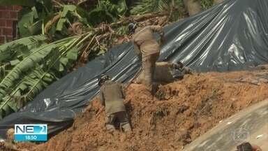 Corpos são retirados da área de deslizamento de barreira que matou cinco pessoas - Até o fim da tarde deta sexta (14), bombeiros procuravam uma criança e um adolescente, em Camaragibe
