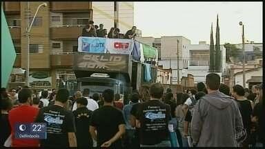 Manifestantes fazem protesto contra reforma da previdência e cortes de verbas no Sul de MG - Manifestantes fazem protesto contra reforma da previdência e cortes de verbas no Sul de MG