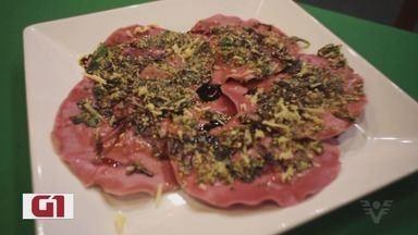 Com massa rosa, ravióli de beterraba com cogumelos fica delicioso; aprenda - Chef de cozinha ensinou a fazer a massa de beterraba, o recheio e também o molho, no Culinária 013.