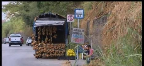 MG1 mostra questionamento de moradores sobre a situação da Avenida Autorama em Divinópolis - Entre os problemas está a falta de acesso às calçadas que estão tomadas pelo mato alto. Prefeitura informou que vai fazer a limpeza no local.