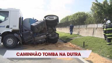 Carreta carregada com óleo tomba e interdita parcialmente a Dutra em São José - Pista em direção a São Paulo foi fechada e tráfego está sendo desviado pela Avenida Deputado Benedito Matarazzo.