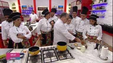 Workshop de frango: como cortar e separar as partes - Os chefs Roland Villard e Breno Naar ensinam os participantes a cortar e separar as partes do frango e preparam receitas de molhos brancos a partir do caldo de frango