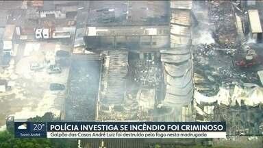 Polícia investiga se incêndio em galpão na Zona Leste foi criminoso - O chamado Mercatudo fica no Itaim Paulista e foi completamente destruido pelo fogo.