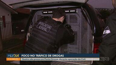 Polícia Civil faz operação contra o tráfico de drogas em Ponta Grossa - Também foram cumpridos mandados no oeste do Paraná, em PG foram presas quatro pessoas.