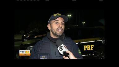 Homens são presos por sequestro de caminhoneiro e roubo do veículo - Quatro homens foram identificados por vítimas e encontrado em posse das chaves do caminhão.