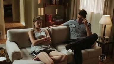 Marco aceita jantar com Cleber - Anjinha pede que o pai se comporte durante o jantar, mas fica preocupado