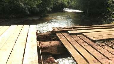 Ponte quebra e assusta produtores de Medianeira - Por muito pouco o caminhão não caiu dentro do rio com a safra de milho.