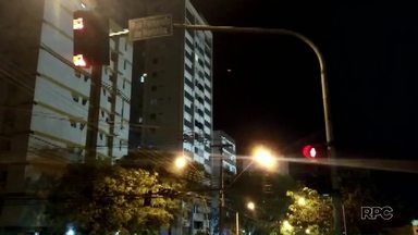 Vereadores votam projeto de lei sobre avanço de sinal vermelho em Londrina - Projeto prevê que motoristas que avançarem o sinal vermelho entre às 23 horas e às 5 horas não sejam multados.