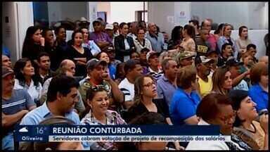 Manifestação é realizada em Araxá por reajuste de salários de servidores públicos - Vereadores caminharam, junto com os funcionários, até a Prefeitura para protocolar um documento pedindo que o Executivo mande o Projeto de Lei para a Câmara.