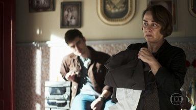 Evelina decide ir para São Paulo com Chiclete - Viúva de Ademir afirma que quer ficar perto de Maria e pede para o sobrinho não deixar que a empresária descubra o que ele foi fazer em São Paulo