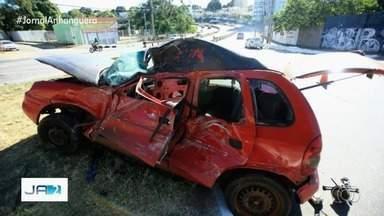 Três pessoas ficam feridas em colisão entre carro e ônibus na Avenida Anhanguera - Acidente foi no Jardim Novo Mundo e os feridos estavam no carro de passeio.