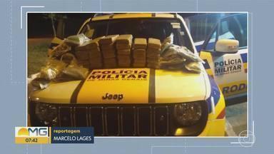 Polícia apreende quase 100 quilos de maconha em BH e Itabirito, na Região Central de MG - Para tentar disfarçar o cheiro, a droga foi guardada dentro de caixas de esgoto que não estavam instaladas. Durante a ação, uma réplica de arma de fogo, crack e caderno com anotações do tráfico foram apreendidos.
