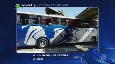 Ônibus fica entalado em viaduto da avenida Afonso Vergueiro em Sorocaba - Um ônibus ficou entalado no viaduto que fica na Avenida Doutor Afonso Vergueiro, em Sorocaba (SP), na manhã desta quarta-feira (19).