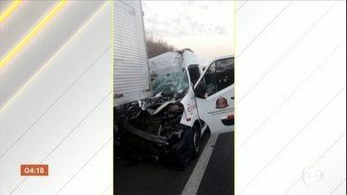 Enterrados dois pacientes que morreram em acidente com ambulância e caminhão em SP - Os pacientes estavam indo para a capital, onde faziam tratamento médico. Segundo a polícia, o motorista da ambulância teria dormido ao volante. Ele e o motorista do caminhão ficaram feridos.