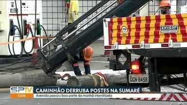 Avenida Sumaré ficou interditada boa parte da manhã - Um caminhão-cegonha derrubou postes durante a madrugada.