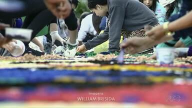 Fieis participam de confecção de tapete de Corpus Christi ao redor da Catedral em Foz - Os trabalhos começaram ainda na madrugada desta quinta-feira.