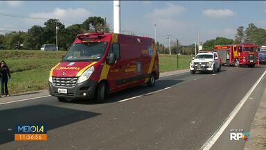 Acidente entre caminhão e moto deixa uma vítima em estado grave - Foi no Contorno Sul, sentido Ponta Grossa. Trânsito ficou em meia pista.