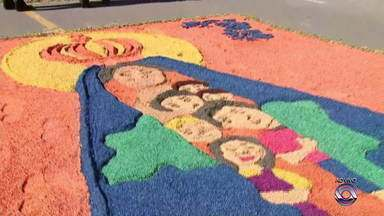 Cidades do RS fazem tapetes coloridos e realizam procissões de Corpus Christi - Em Santa Maria, fiéis aproveitaram a data de 20 de junho para fazer uma ação solidária.