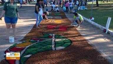 Fiéis fazem tapetes nas ruas no feriado de Corpus Cristhi - Fiéis fazem tapetes nas ruas no feriado de Corpus Cristhi