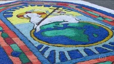 Cidades do Brasil celebram Corpus Christi com os tradicionais tapetes decorados - No Rio, os fiéis cobrem as ruas com tapetes de sal. Já em outros locais, eles são cobertos de serragem e de doações para as famílias de baixa renda.