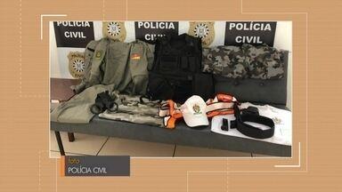 Polícia Civil realiza apreensões no bairro Getúlio Vargas - Os policiais apreenderam uma farda completa da Brigada Militar, algemas, coldres e documentos falsos para porte alma.