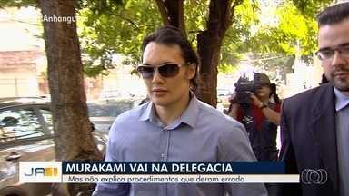 Médico acusado de deformar pacientes fica em silêncio durante depoimento em Goiânia - Wesley Murakami já foi condenado a indenizar duas pacientes que tiveram problemas após procedimentos estéticos.