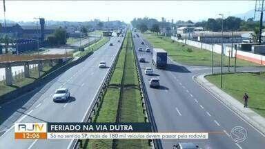 Com feriado prolongado, trafego aumenta em estradas federais no Sul do Rio - Muita gente aproveita para emendar a folga e viajar.