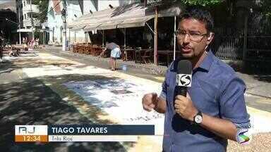 Moradores de Três Rios enfeitam ruas com tapetes de Corpus Christi - Confecção mantém viva a tradição católica em toda região.