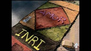 Católicos confeccionam tapetes de Corpus Christi - Os tapetes ajudam enfeitar a procissão que celebra a data.